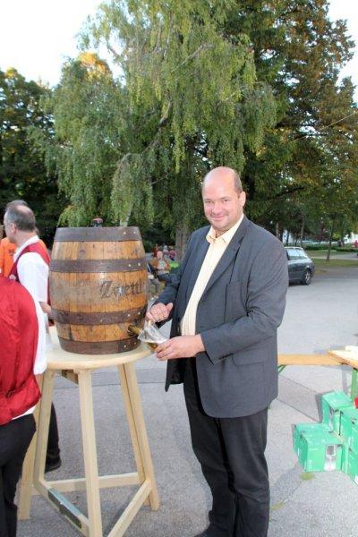 oaeabb-bieranstich-2011-michael-wiesinger-oeaab-landesgeschaeftsfuehrer-obmann-donaustadt-zapft-bier-1