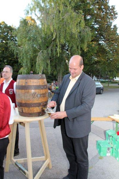 oaeabb-bieranstich-2011-michael-wiesinger-oeaab-landesgeschaeftsfuehrer-obmann-donaustadt-zapft-bier-2