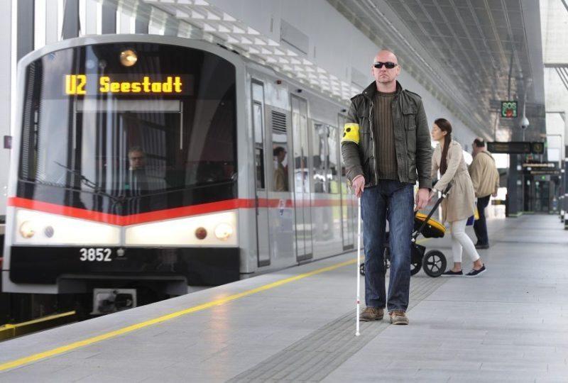 Das taktile Leitsystem erleichtert sehbehinderten Menschen die Benützung der öffentlichen Verkehrsmittel.